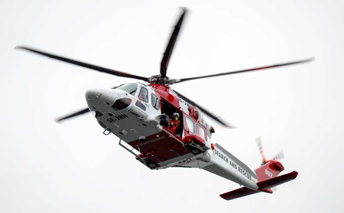 Totalt fem personer hamnade i vattnet när isen gav vika vid Ekerö på torsdagskvällen. En av Sjöfartsverkets räddningshelikoptrar deltog i räddningsarbetet.