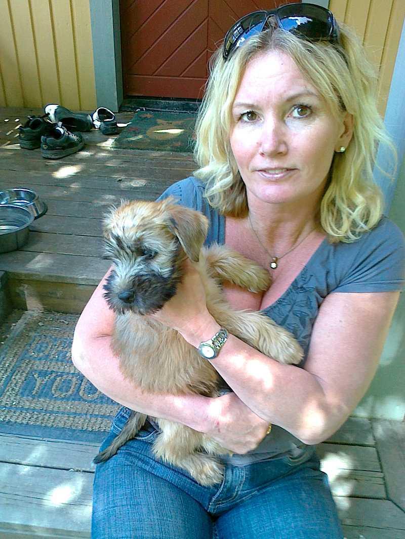 Elisabeth Karlsson, 46, jobbar halvtid som veterinärassistent. Det var genom jobbet hon roffade åt sig terriern Tess - en hund som ägaren skänkte bort.
