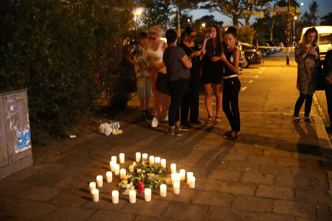 """På marken ställde kompisarna upp gravljus i formen av ett hjärta. """"Vi behöver en plats där vi kan minnas henne"""", säger en vän."""