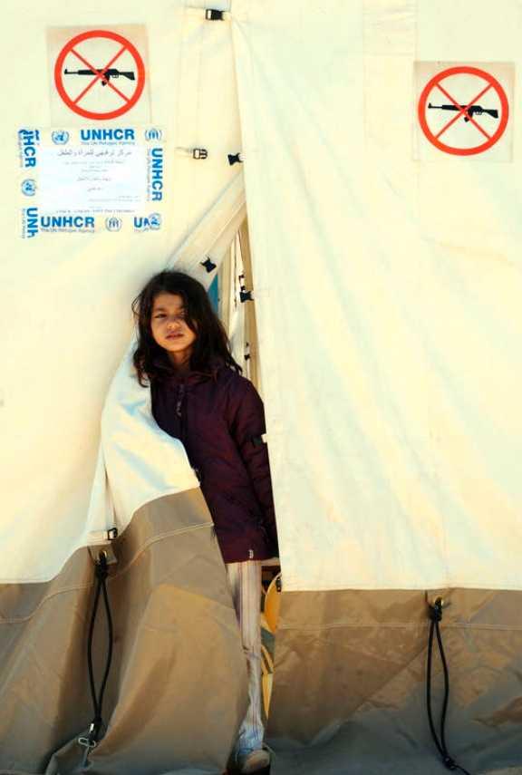På flykt En ung flicka som flytt från Libyen tittar ut från ett av tälten på FN:s läger i Tunisien.