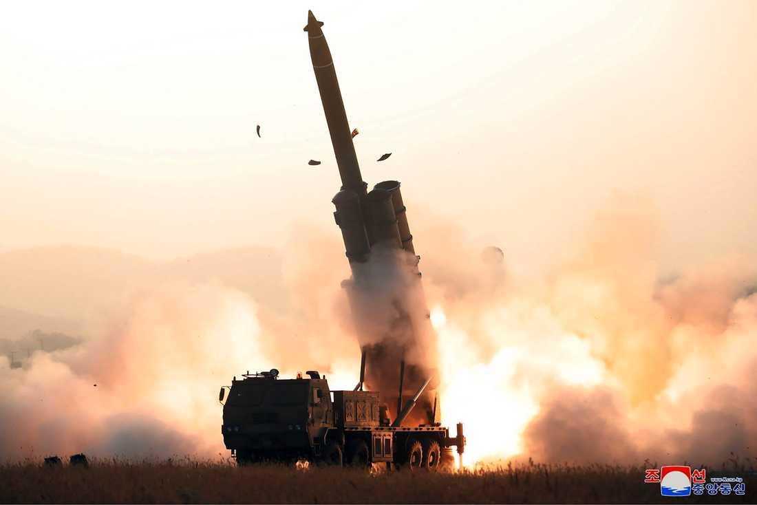 Bilden, som Nordkorea lämnat ut, sägs visa ett nytt raketvapen i ett test för några dagar sedan.
