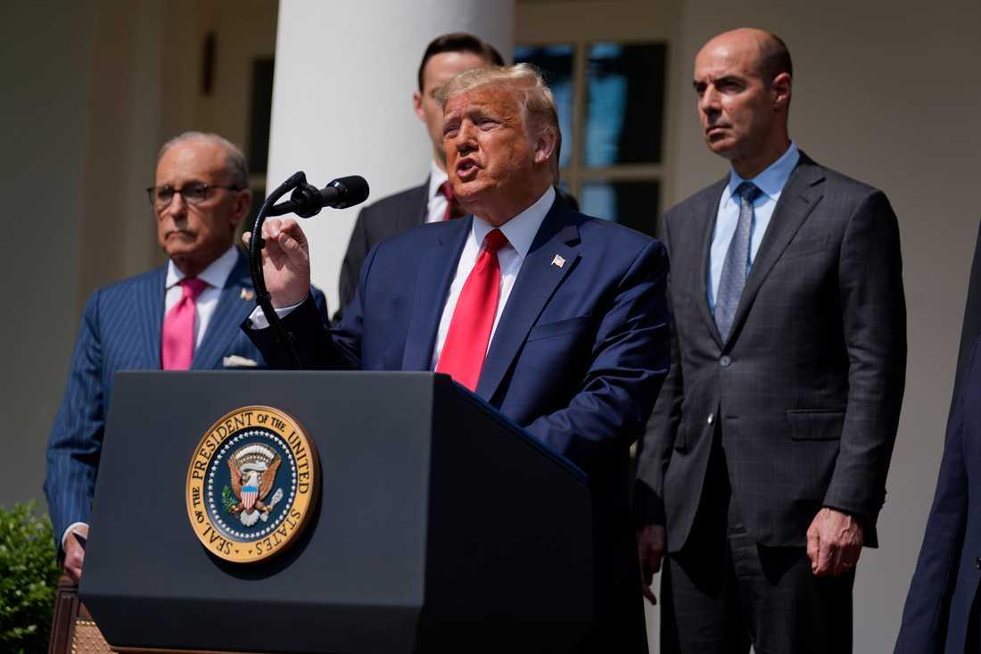 Donald Trump vid presskonferensen utanför Vita huset.