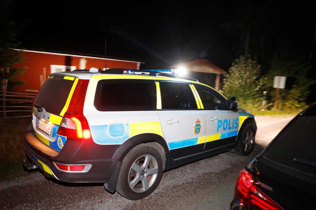 Kvinnan och hennes man gick ut i skogen vid Imundbo i Tierps kommun i norra Uppland vid 13.40-tiden, uppger polisen för Aftonbladet.