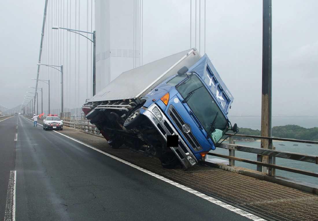 En lastbil har vält i Sakade i de starka vindarna.