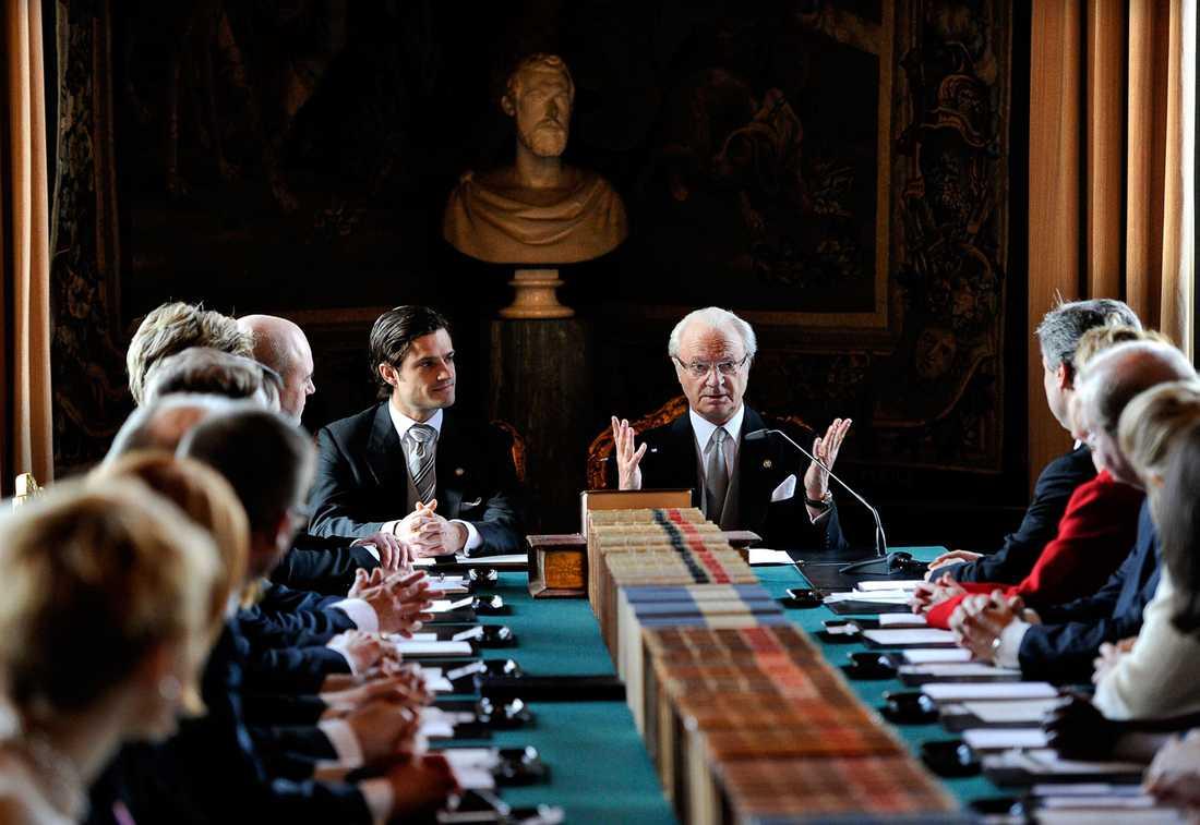 Kungen och prins Carl Philip i konselj med regeringen. Där berättade kungen vad prinsessans namn blir och vilka landskap som blir hennes hertigdömen.