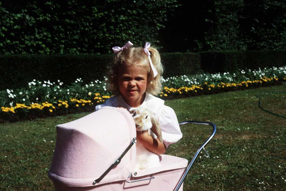 Kaninen Snuffy Fyra-åriga Madeleine njuter av sommaren på kungafamiljens sommarställe Solliden, på Öland. Året är 1986. I famnen har hon kaninungen Snuffy.