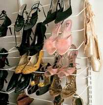 Skogalen Malena älskar skor. De rosa skorna med puffar fick hon av Pernilla Wahlgren som slog de rosa klackarna i taket i musikalen Grease.