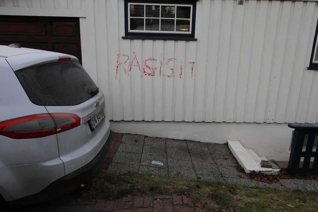 Ett av budskapen som målades på parets egendom i Oslo, på en bild som var del av bevisningen.