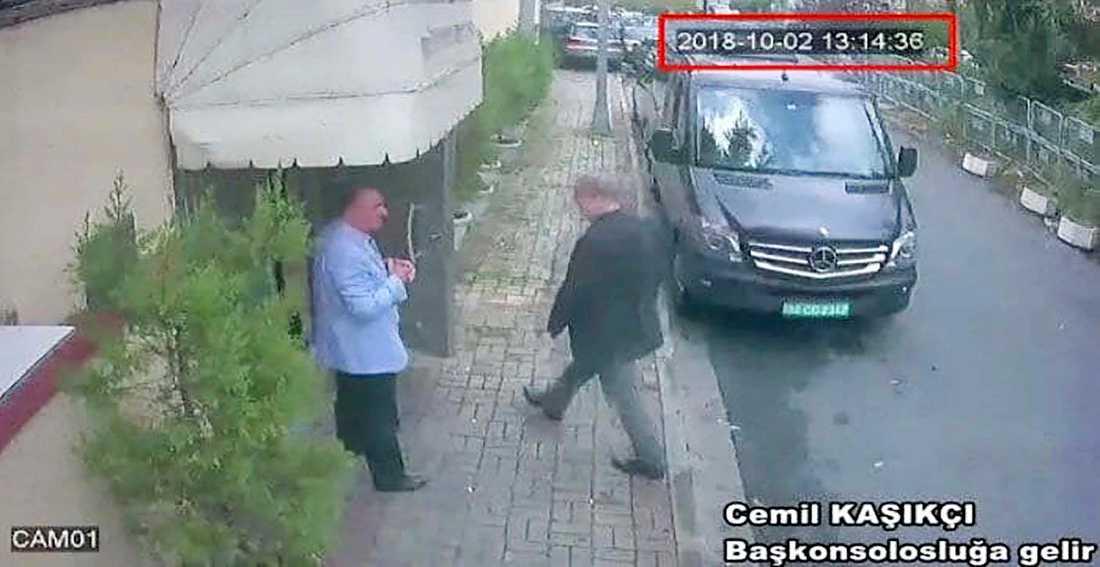 Bilden från den turkiska tidningen Hurriyet uppges visa hur den saudiske journalisten Jamal Khashoggi går in i Saudiarabiens konsulat i Istanbul den 2:e oktober. Sedan dess har han inte synts till.