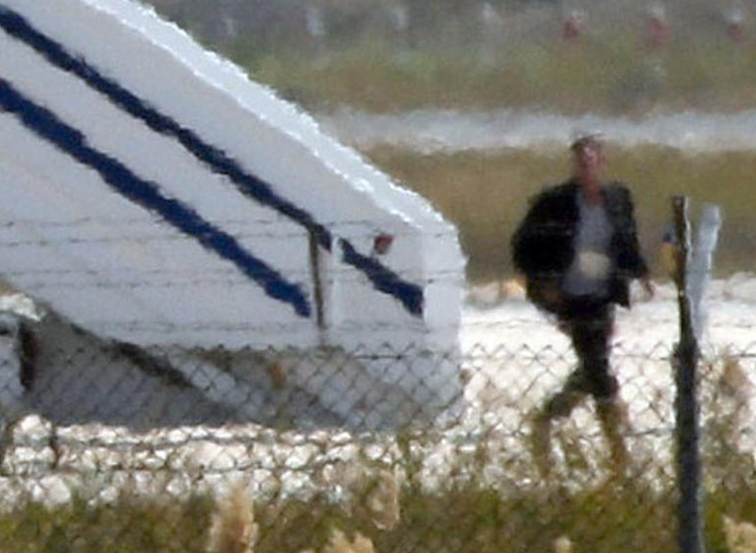 Mannen på bilden uppges vara den misstänkte kaparen när han lämnar planet på Larnacas flygplats.