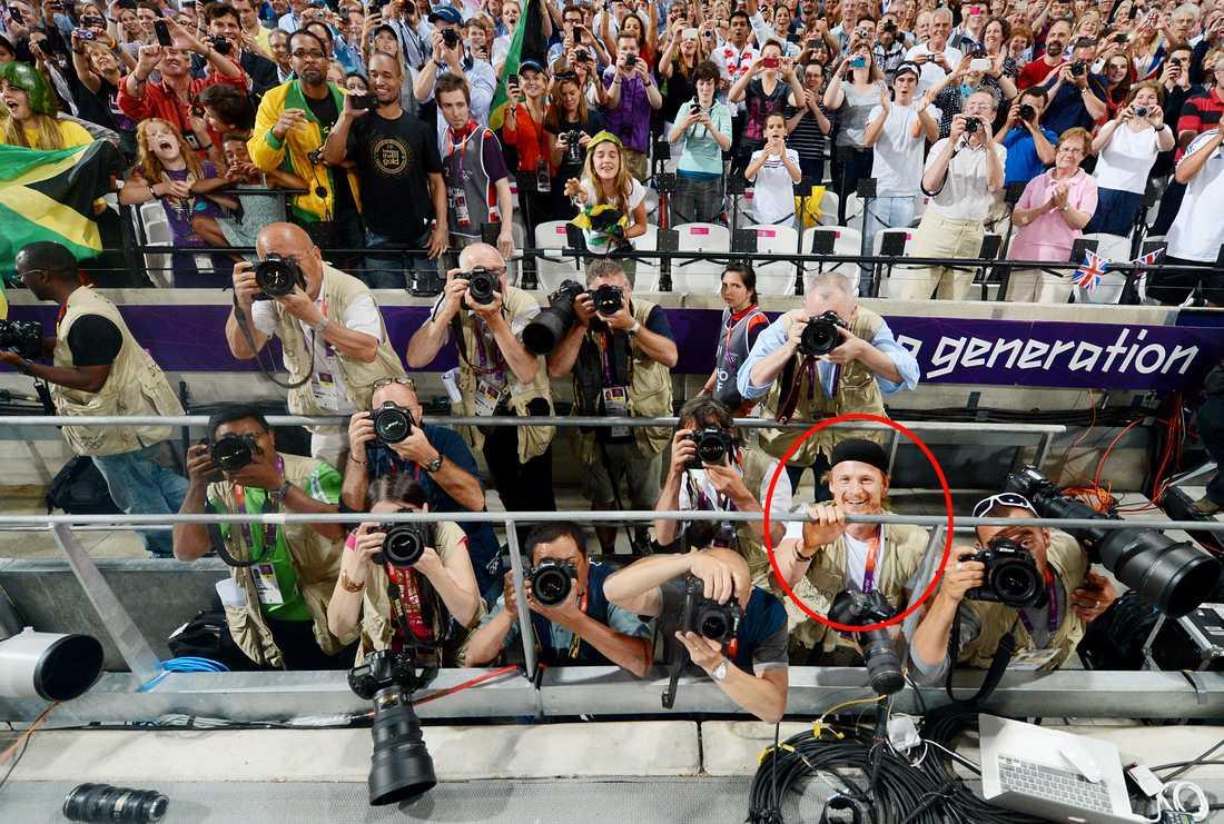 Bolt lånar Sportbladets fotograf Jimmy Wixtröms kamera och förevigar segerfesten och Jamaicas storslam i 200 meters finalen. Här fotar han även Sportbladets Jimmy Wixtröm.