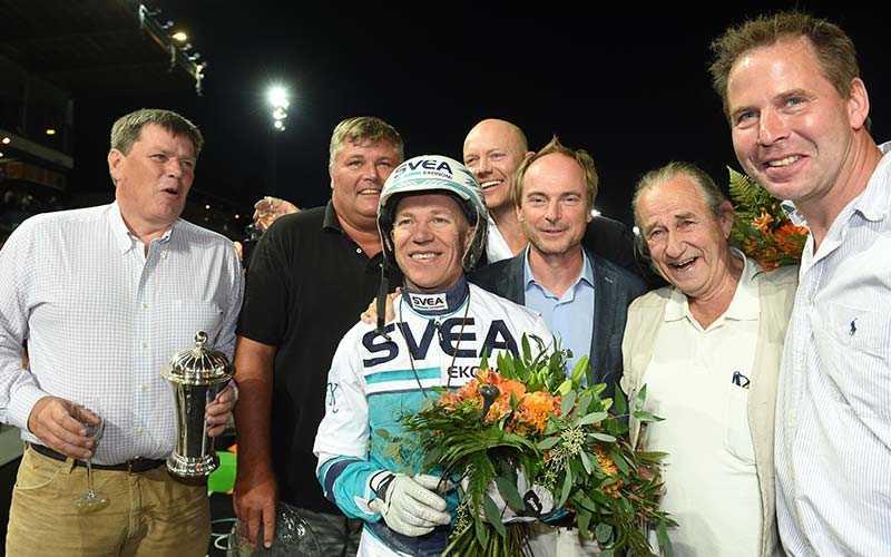 Toppkusken Örjan Kihlström i vinnarcirkeln tillsammans med Nimbus C.D.s ägarkrets, bland annat Mats Sundin, efter segern i Jubileumspokalen 2015.
