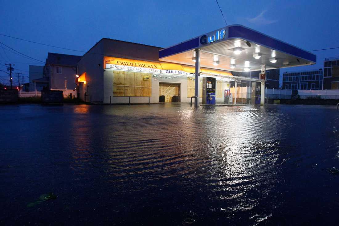 Queens, New York: Vattnet stiger vid en bensinmack.