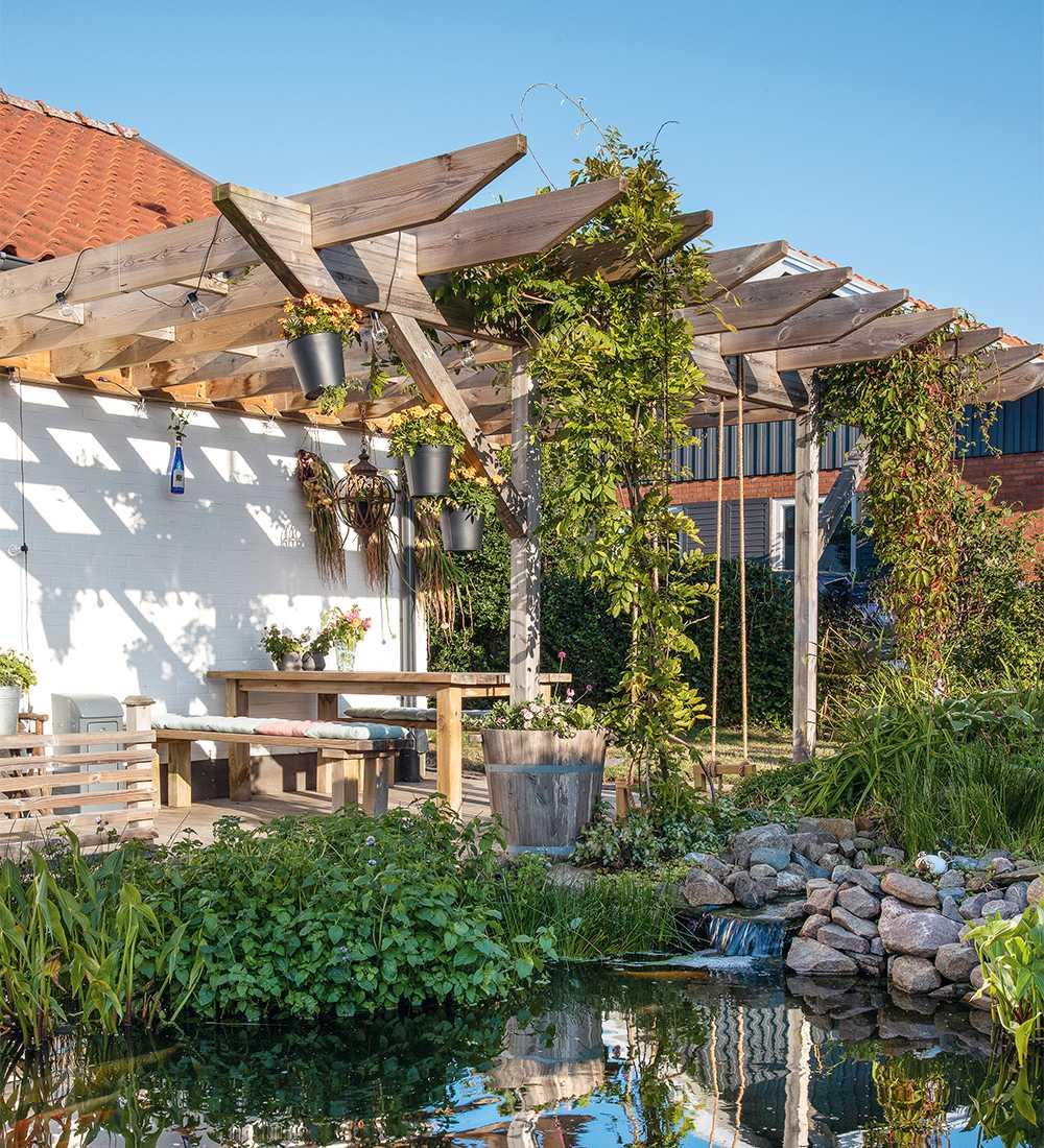 Mysigare trädgård med gröna rum, spaljé och ny uteplats.