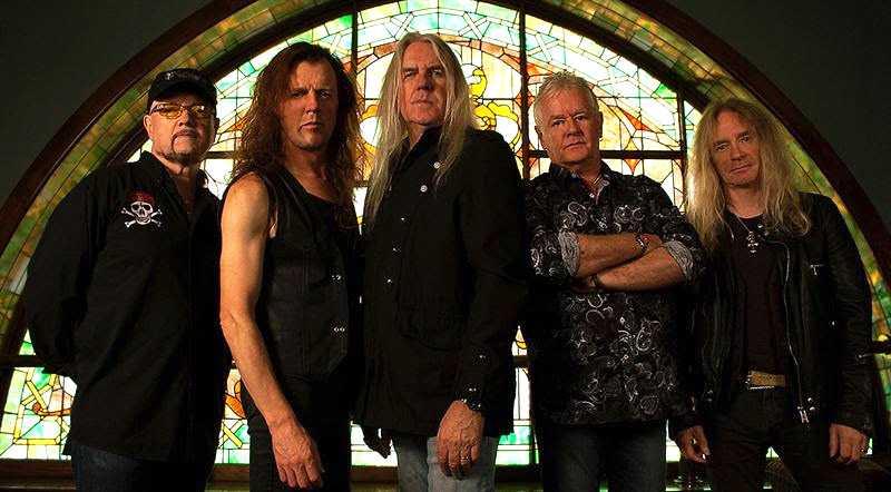 Saxon (sångaren Bill Byford i mitten).