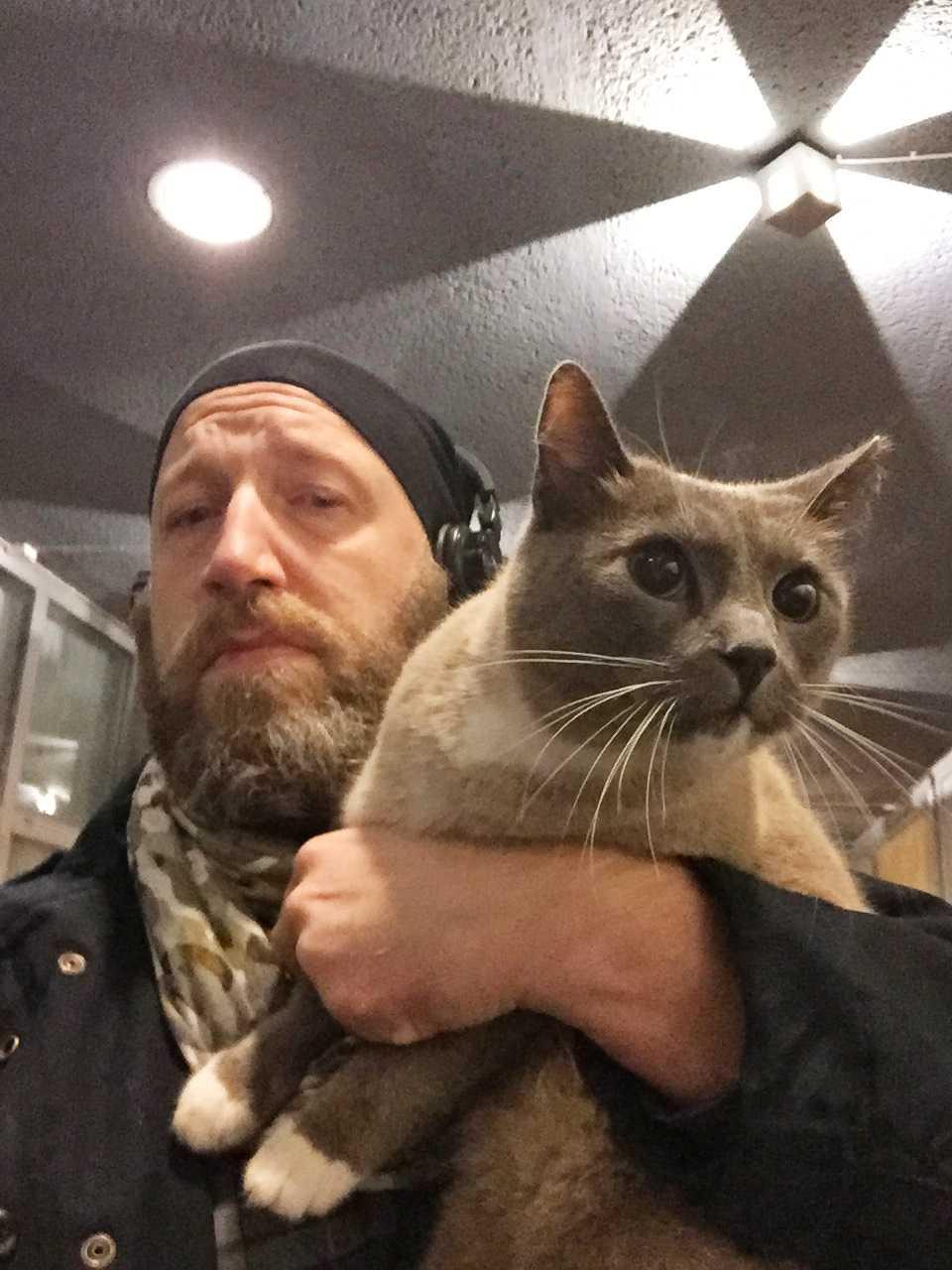 Katten Cato med ägaren Magnus Björn, 44.