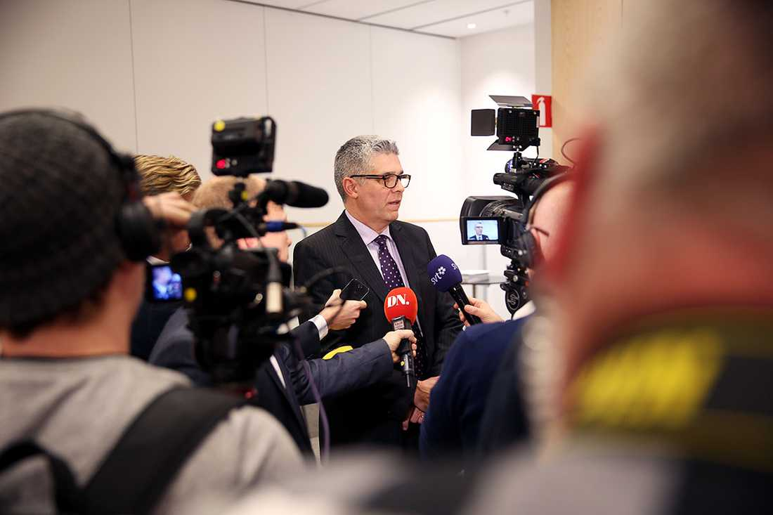 Anders Thornberg möter pressuppbådet vid presskonferensen.