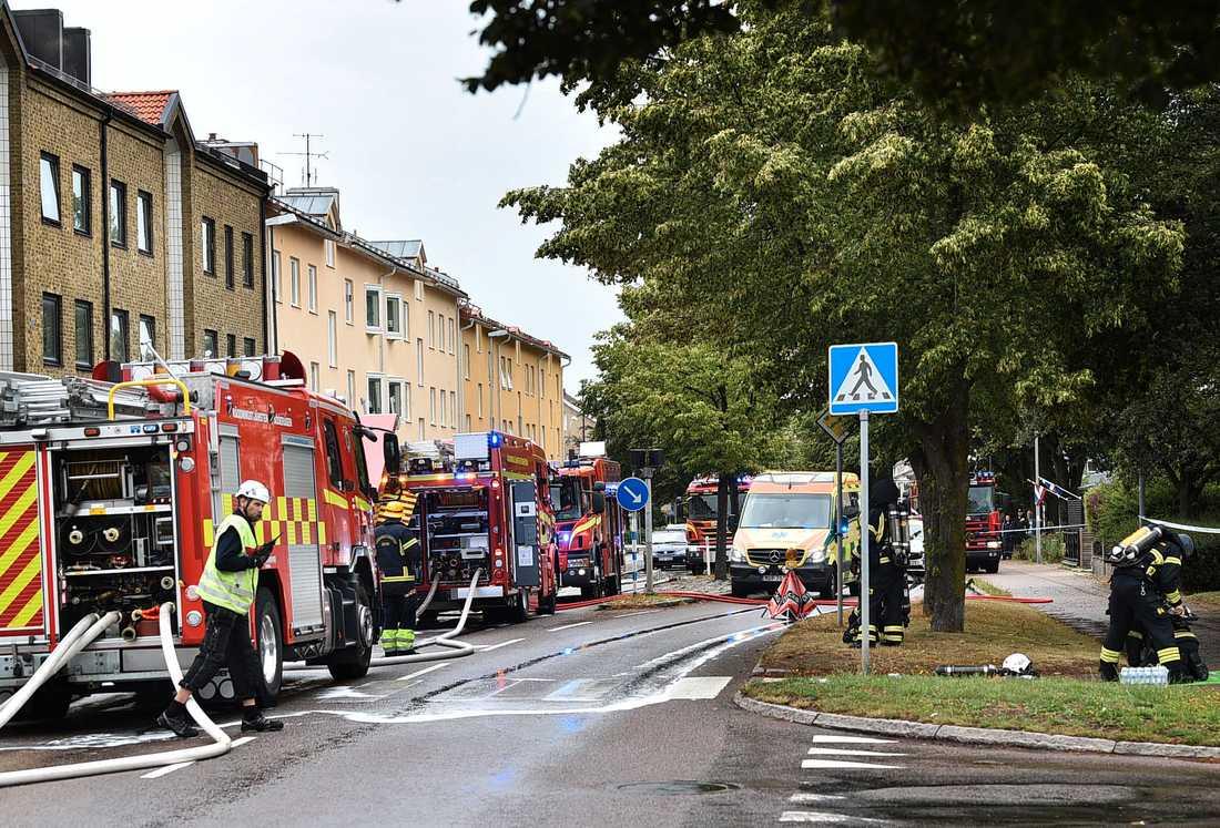 Räddningstjänst och polis har evakuerat boende från huset i Åstorp och branden har spridit sig upp på vinden.