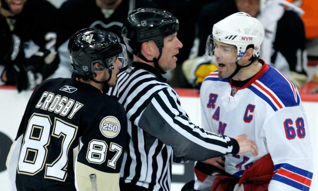 Jagr och Pittsburgh Penguins fixstjärna Sidney Crosby tjafsar under en match i april 2008.