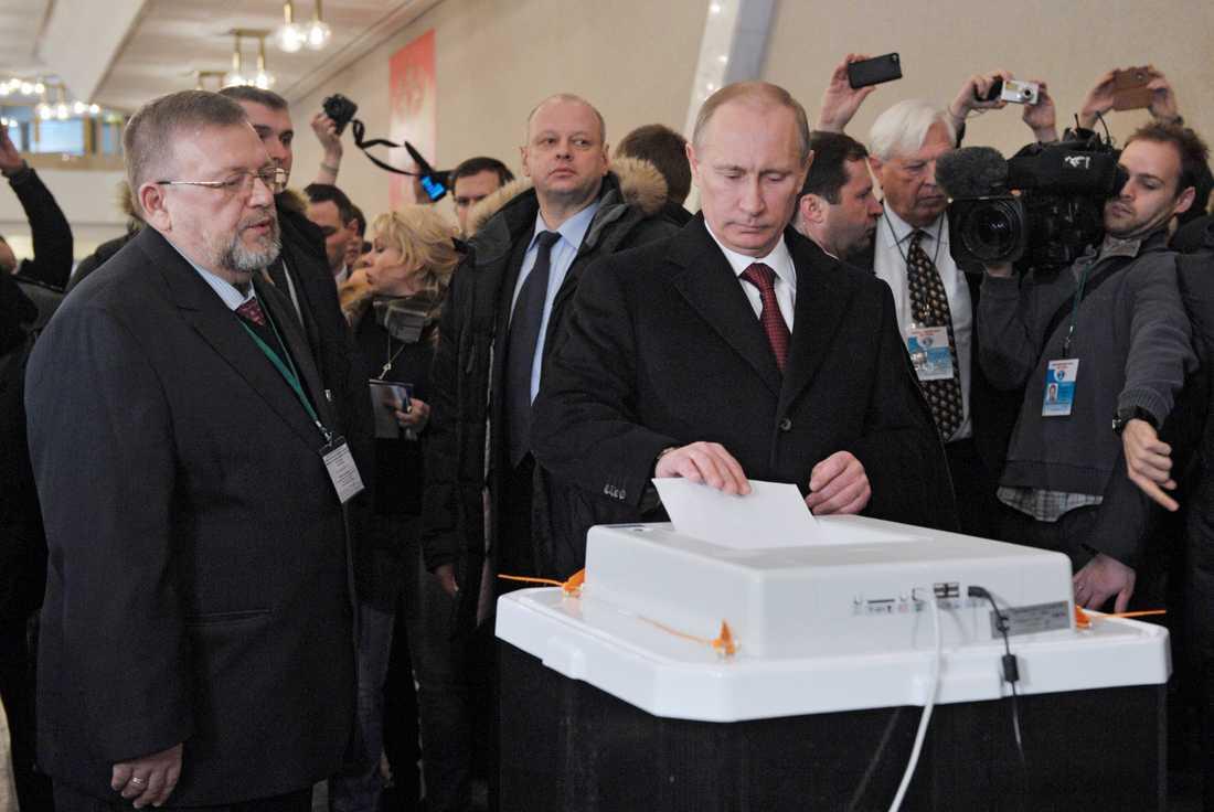 Uppmärksammad röst Premiärminister Vladimir Putin lägger sin röst i valet.