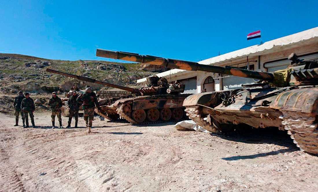 Syriska regeringsstyrkor i en by i Aleppoprovinsen under söndagen. Bilden kommer från Syriens officiella nyhetsbyrå Sana.