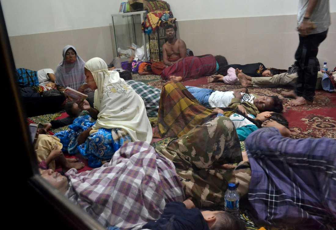 Invånare i Pandelang tog skydd i en moské efter en tsunami vid Sundasundet i Indonesien.