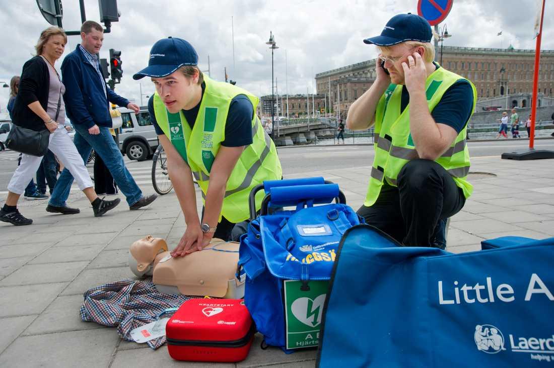 Varje dag drabbas 17 personer i Sverige av hjärtstopp. Chansen att överleva ökar kraftigt med hjärt-lungräddning. Arkivbild.