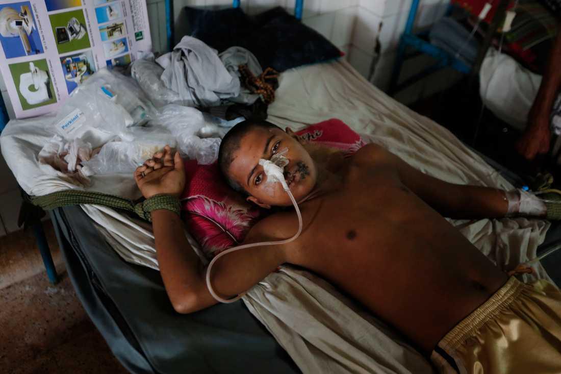 Den 15-årige rohingyapojken Mohammad Junayed får vård för en skottskada på ett sjukhus i Chittagong, Bangladesh.