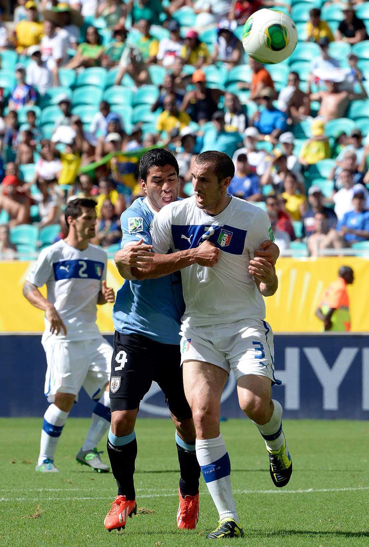 Redan när Uruguay mötte Italien i fjolårets Confederations Cup rök Suárez och Chiellini ihop...