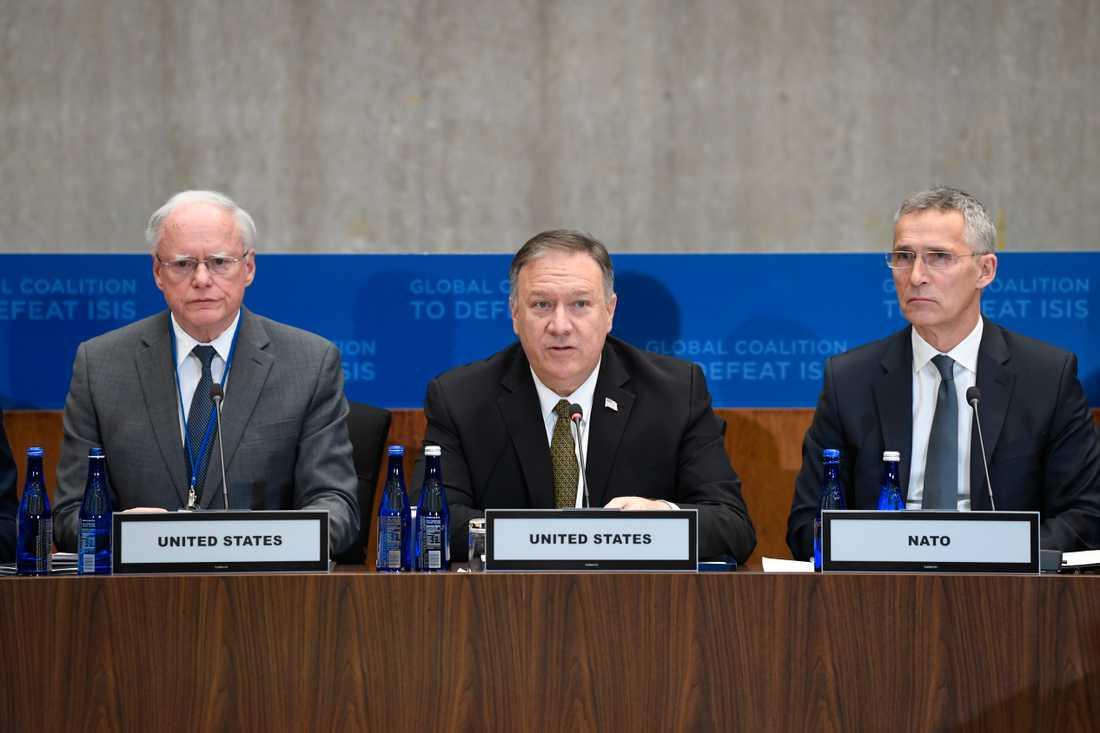 USA:s utrikesminister Mike Pompeo flankerad av USA:s särskilda Syriensändebud James Jeffrey (till vänster i bild) och Natos generalsekreterare Jens Stoltenberg vid mötet i Washington.