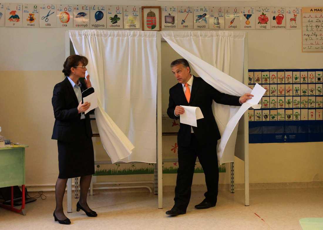 Ungerns premiärminister Viktor Orban och hans fru Aniko röstar i Budapest.