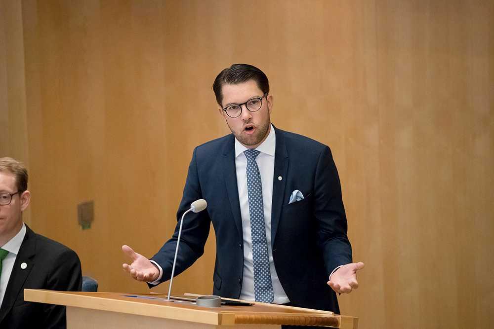 """""""De destruktiva krafterna, de som bränner bilar, hotar och agerar våldsamt mot myndighetspersoner har länge fått spelrum på bekostnad av de konstruktiva som också bor där"""", skriver Jimmie Åkesson i Svenska Dagbladet."""