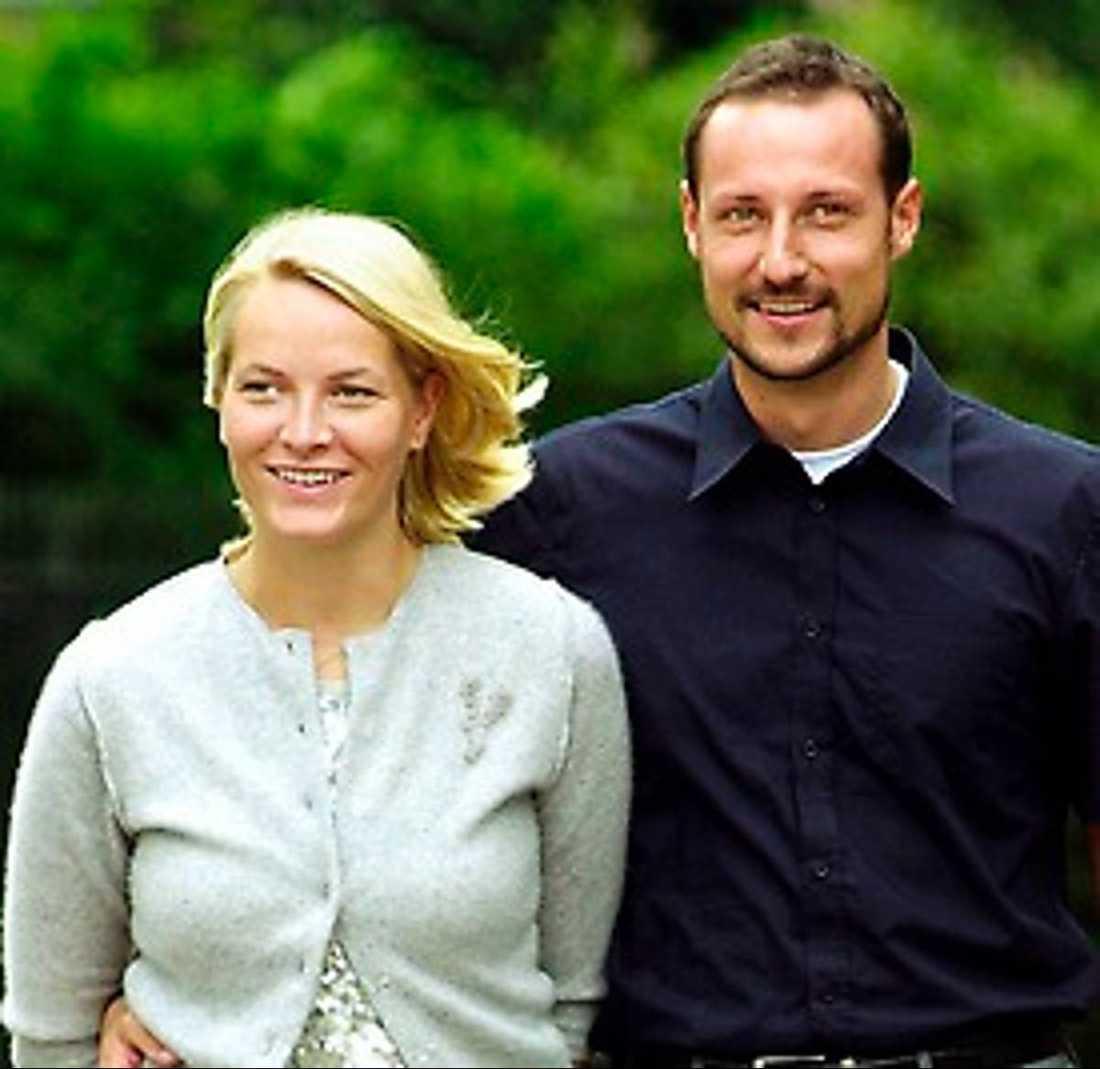 Norska kronprinsen Haakon och Mette-Marit:Lämnade sin bröllopsfest på natten och tog sig direkt ner till Oslos hamn där de mötte upp kungakryssaren Norge. Där tillbringade de sin bröllopsnatt och sedan gick de iland på Jylland, åkte till Düsseldorf och vidare till New York.
