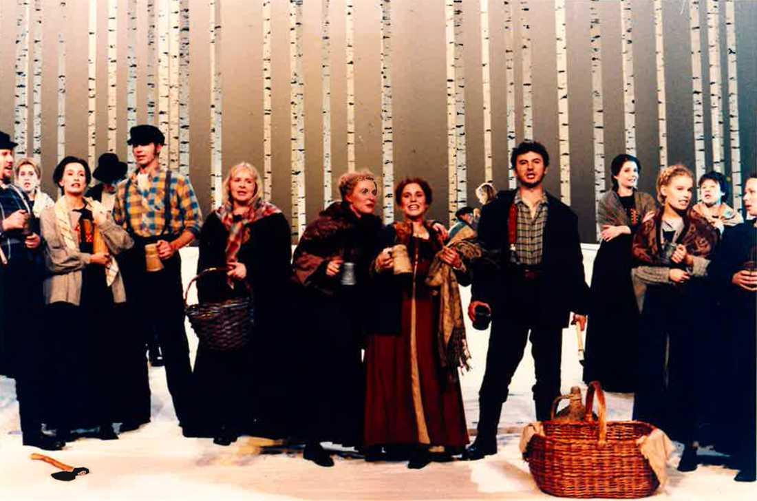 Ensemblen på scen. I mitten syns bland annat Harriet Cronström, Åsa Bergh, Helen Sjöholm och Anders Ekborg.