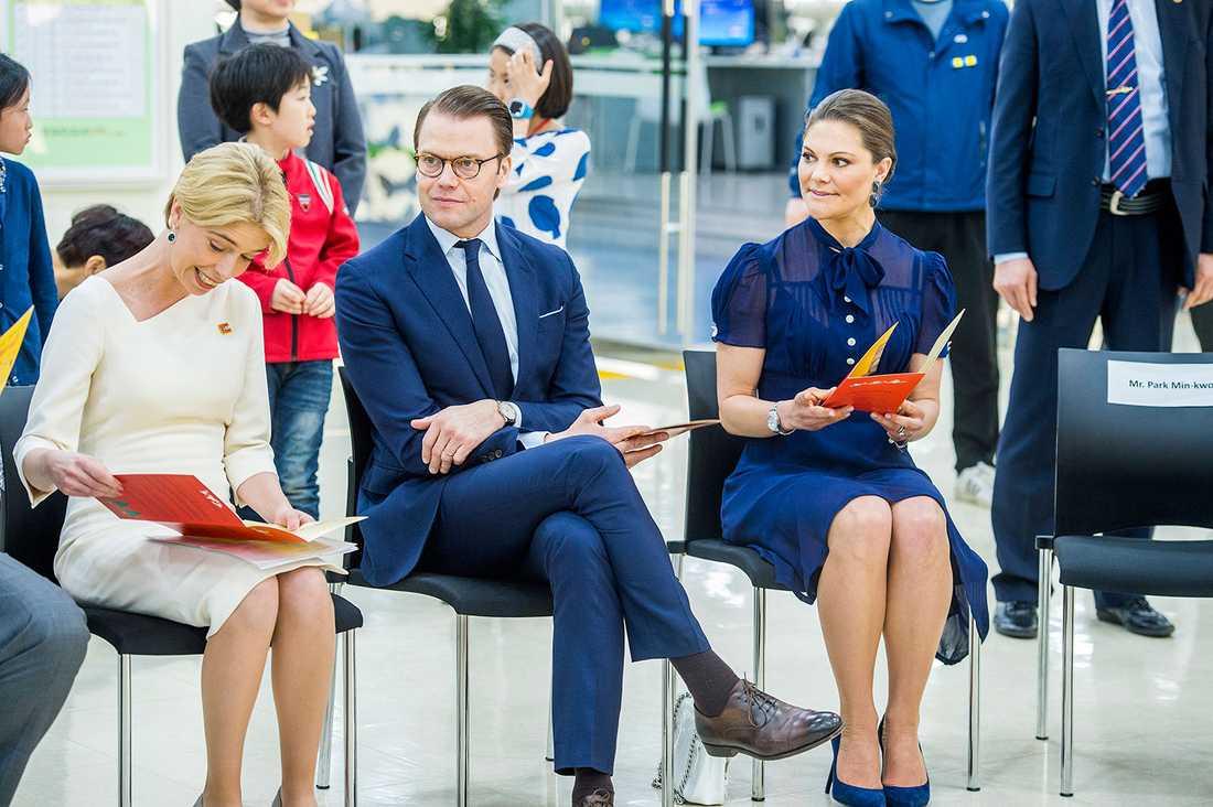 Socialförsäkringsminister Annika Strandhäll tillsammans med kronprinsessan Victoria och prins Daniel på besök i Sydkorea.