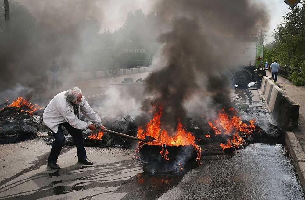 Proryska aktivister eldar däck i närheten av Kramatorsk, Ukraina.