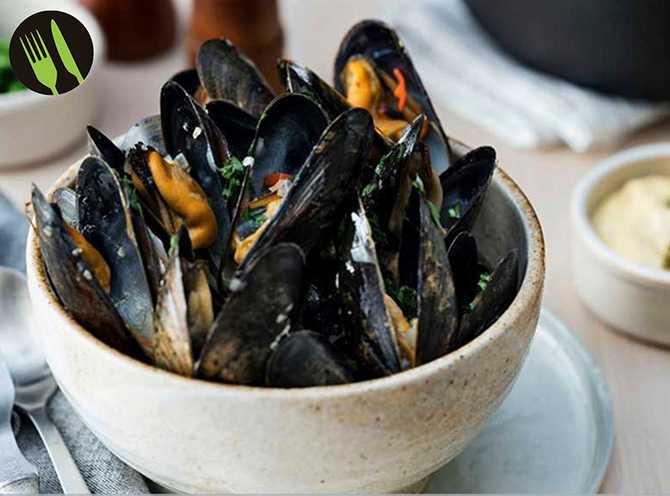 Ölkokta musslor med kaprismajonnäs och citronpotatis.