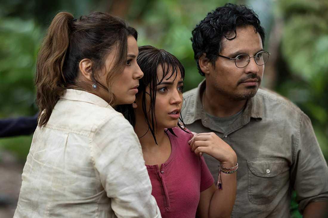 Dora (Isabela Moner) mellan föräldrarna Eva Longoria och Michael Pena.
