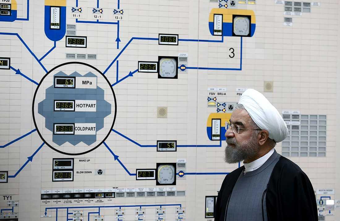 Irans president Hassan Rohani besöker ett kärnkraftverk utanför Bushehr 2015.