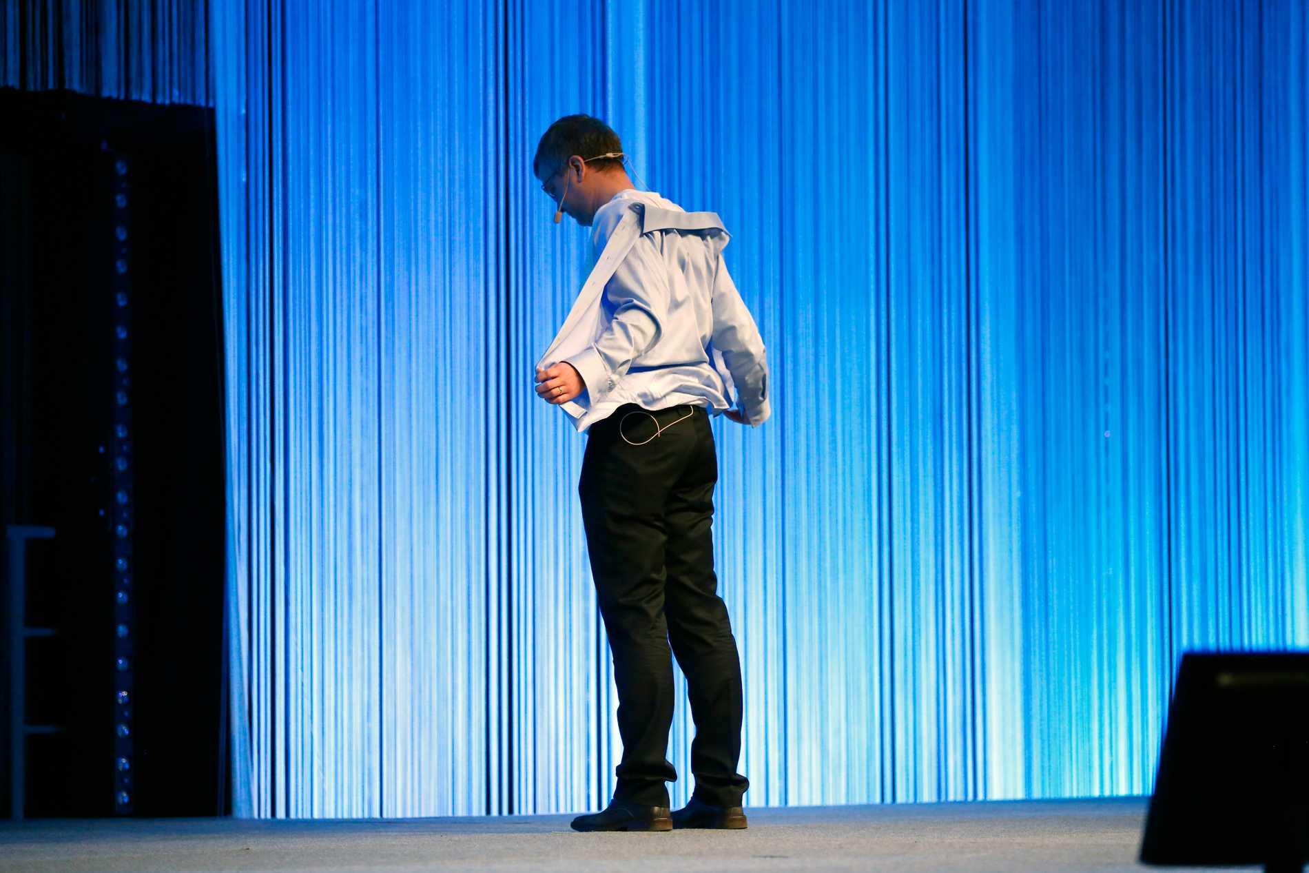 Kent Persson försökte muntra upp publiken med striptease, men det blev mest pinsamt.