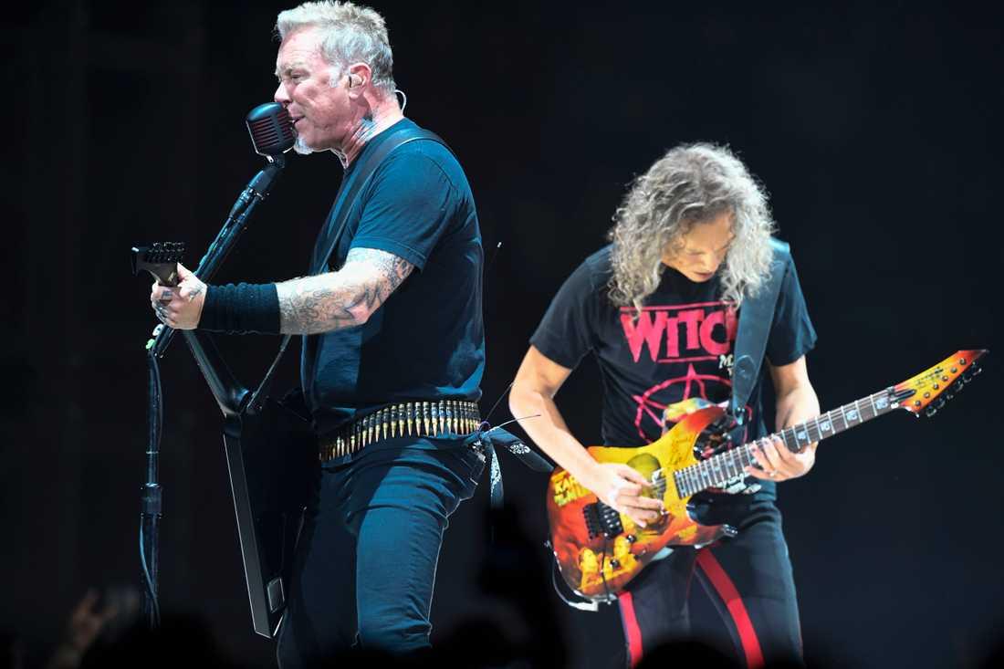 Metallica, med James Hetfield och Kirk Hammett, intar Ullevi under tisdagen. Arkivbild.