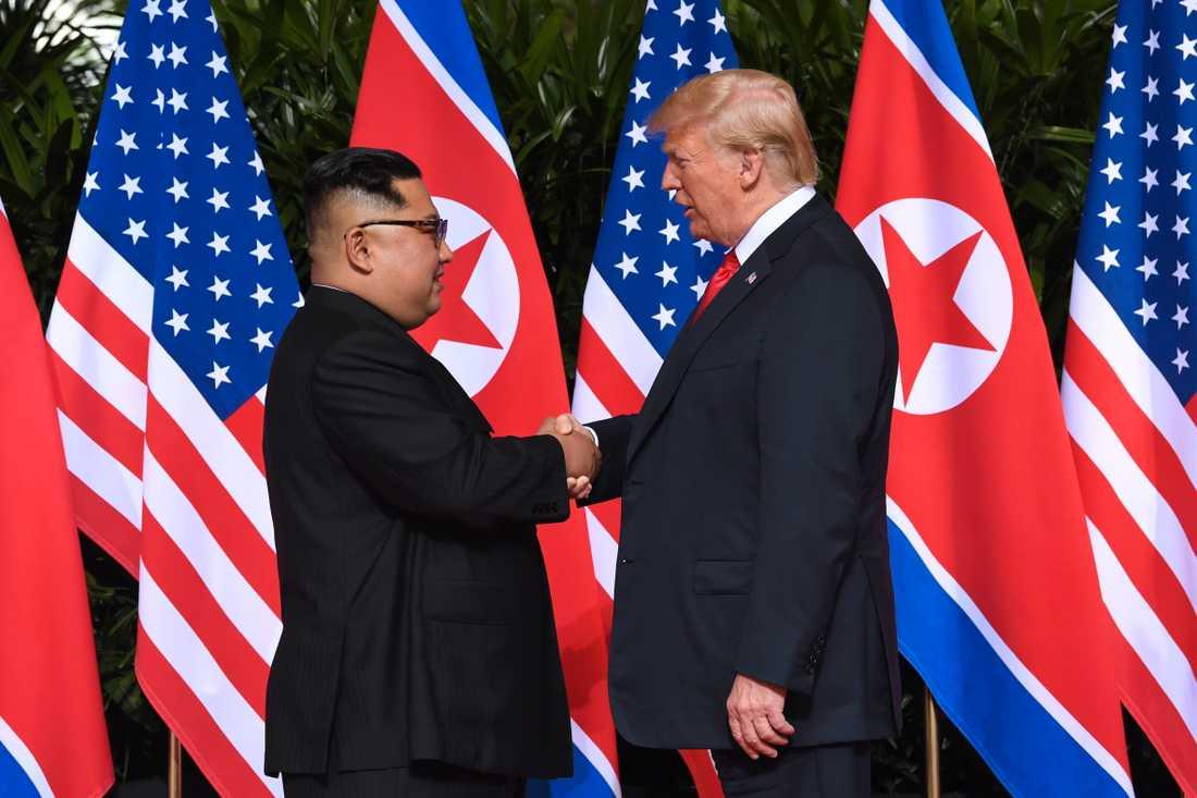 Det historiska handslaget mellan Donald Trump och Kim Jong-Un inträffade 03.05 svensk tid.