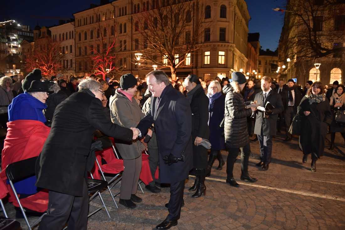 Statsminister Stefan Löfven och kultur- och demokratiminister Alice Bah Kuhnke anländer till minnesceremonin på Raoul Wallenbergs torg i Stockholm.