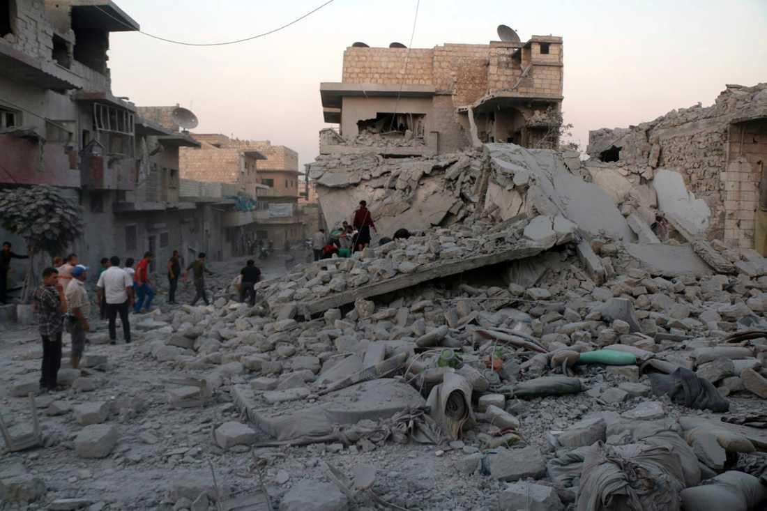 Förödelse i Maarat al-Numan efter luftanfall i staden i somras. Arkivbild.