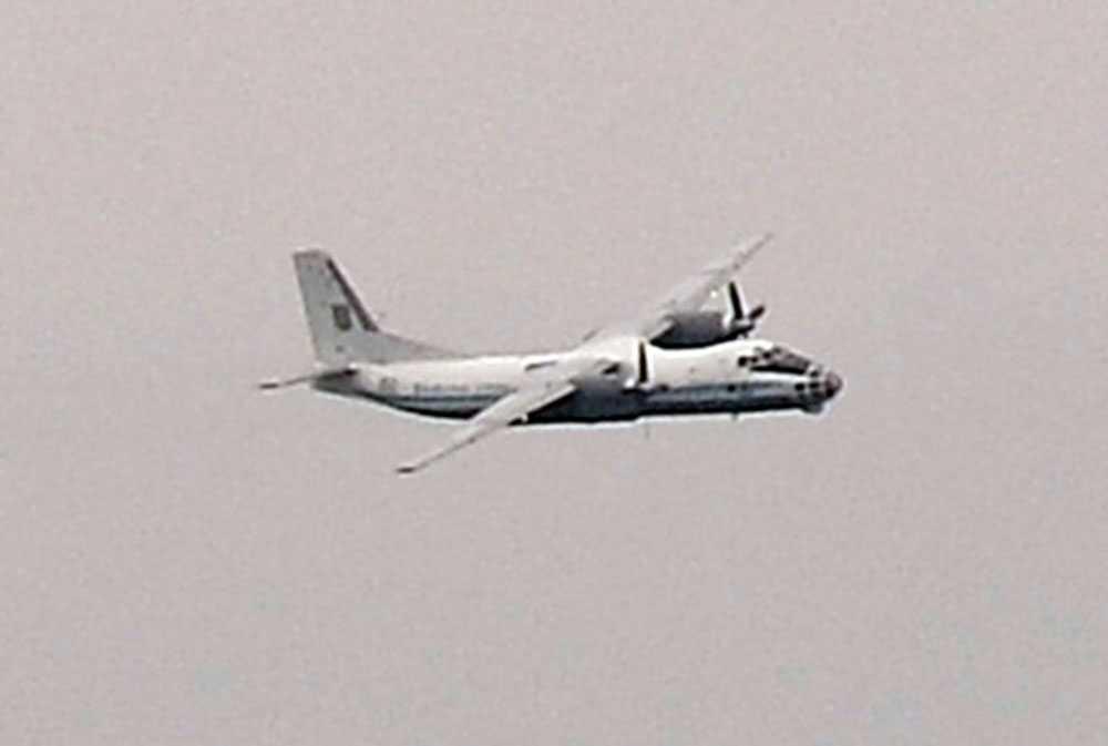 Ett stort ryskt propellerplan går in för landning.