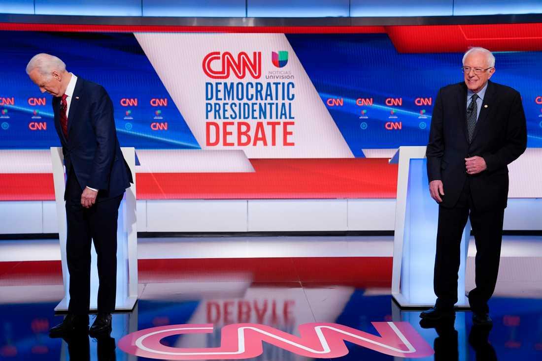 Förre vicepresidenten Joe Biden och senator Bernie Sanders under en debatt i mitten av mars.