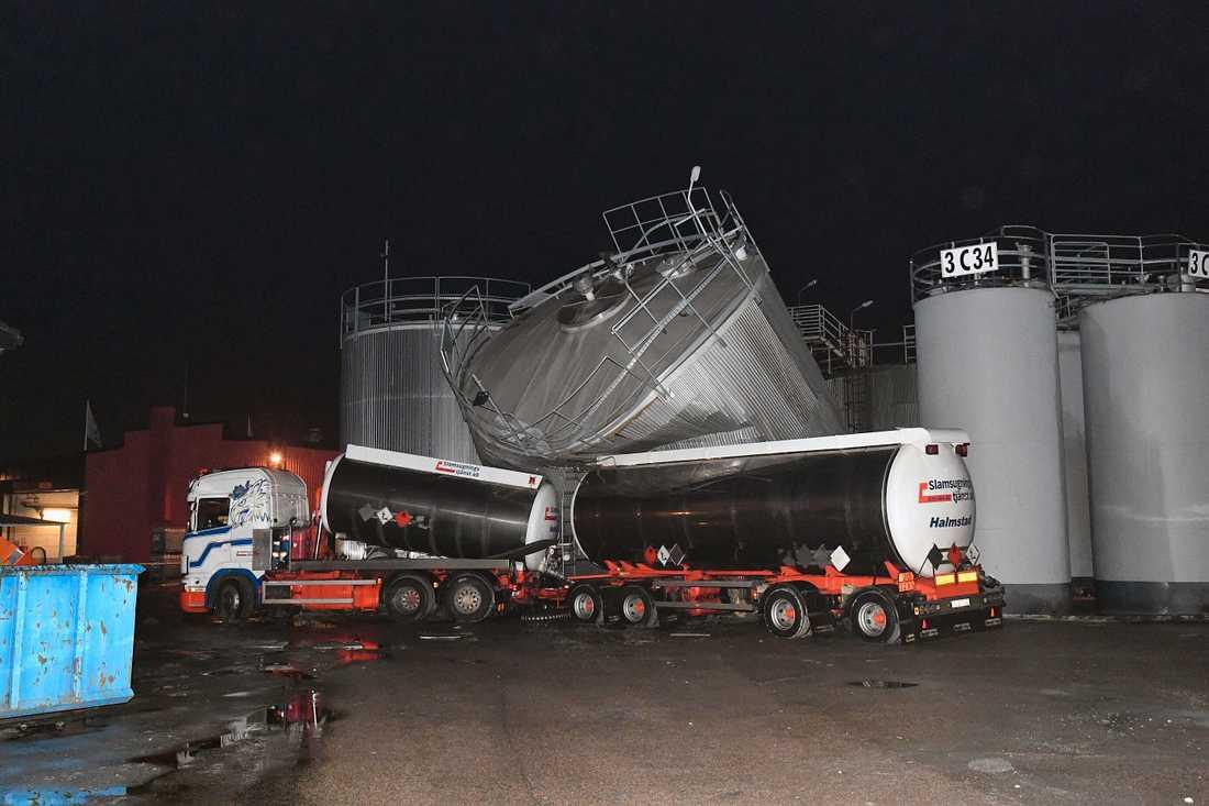 En man i 50-årsåldern har dött när en cistern i Kattegattshamnen i Halmstad exploderade och välte mot en tankbil.