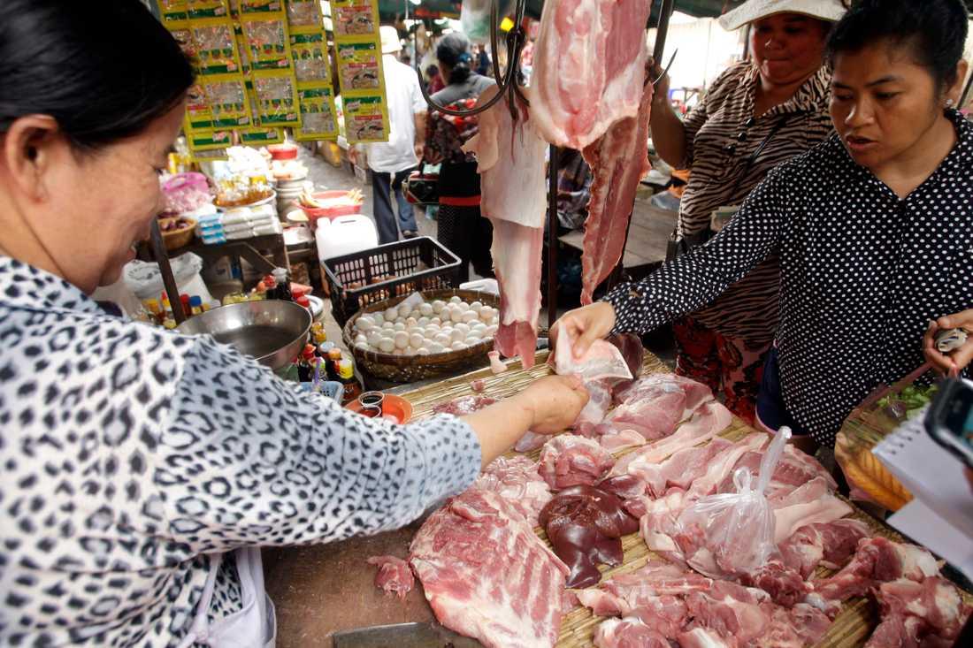 Den afrikanska svinpesten hotar att leda till kraftiga prisökningar och brist på kött i länder som Kambodja.
