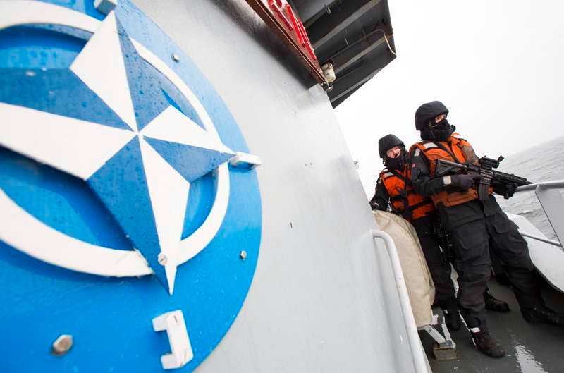 Peter Hultqvist är tydlig med att någon utredning om Natomedlemskap inte är aktuell.