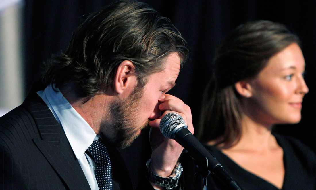 På en välbesökt presskonferens i Denver 14 februari 2011 meddelade Peter Forsberg att karriären är över. Den tårögde stjärnan hade sin flickvän Nicole Nordin som stöd.